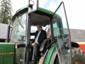 Gårdsturisme: Vernegg er med i driften av familieprosjektet Stokke Nedre, men å du ser ham neppe igjen på traktoren. (Foto: Bente Håland)