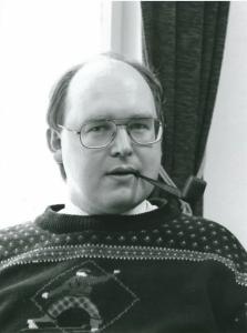 På 90-tallet gikk den nye formanne i spissen for en modernisering av Riksmålsforbundet. Hans kjennetegn, pipen, har fulgt ham siden.