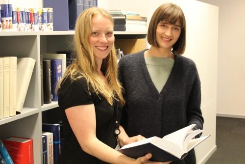 Hilde og Kathrine med bok kopi utsnitt
